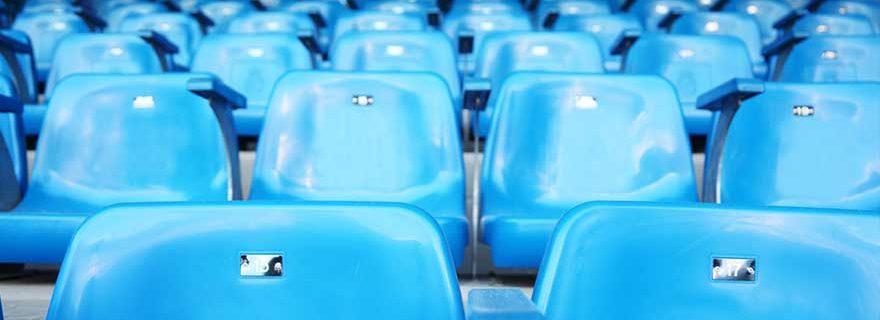 Sitze in einem Fußballstadion