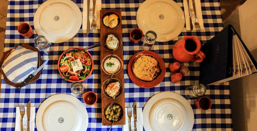 gedeckter Tisch mit Essen in Limassol