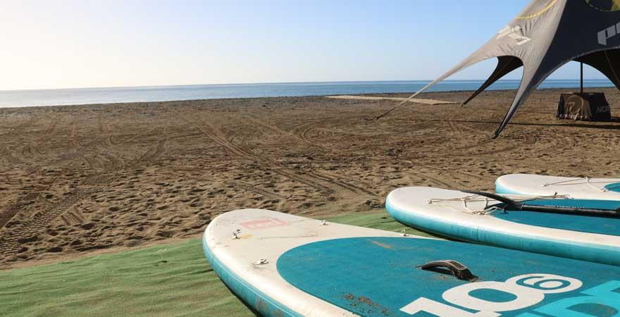 surfbretter am strand auf fuerteventura