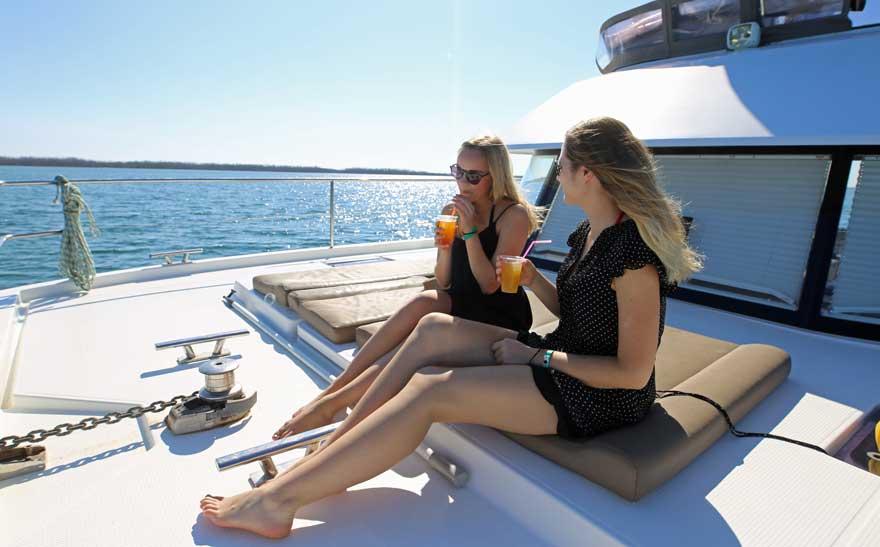 Frauen mit Cocktail auf einem Katamaran