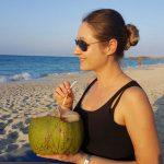 Frau mit Kokosnuss am Strand von Varadero
