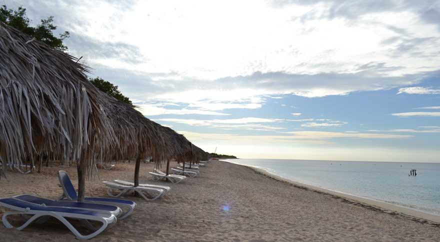 Sonnenschirme und Liegen am Playa Ancon auf Kuba