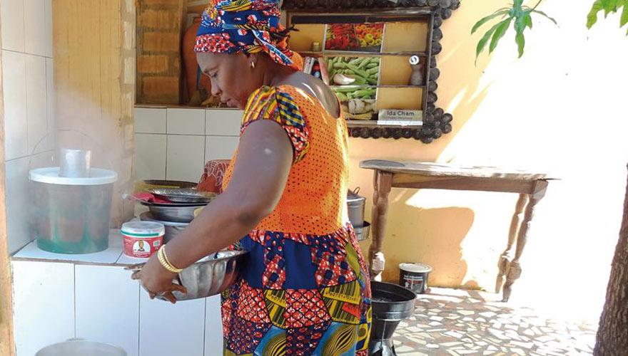 Frau kocht in Gambia