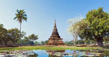 Blick auf einen Tempel im Geshichtspark Sukhothai