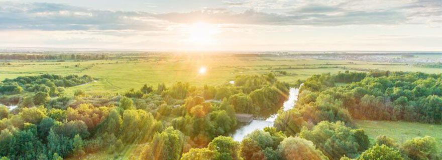 Fluss in Deutschland bei Sonnenuntergang