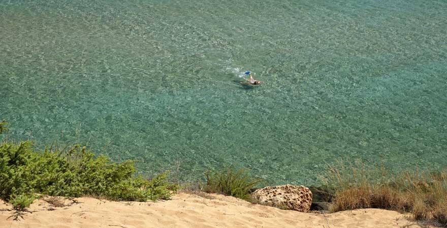 Frau schwimmt im meer
