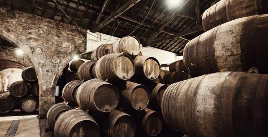 Lagerhalle mit Weinfässern in Porto