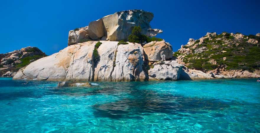 Felsen im Meer auf Sardinien
