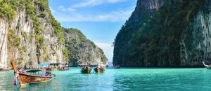 schöne bucht in thailand mit booten