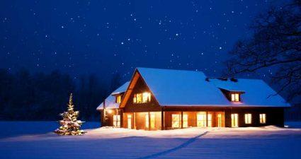 beleuchtetes Haus an Weihnachten