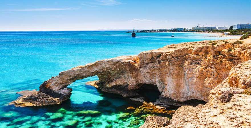 klares Wasser an der Küste vor Zypern