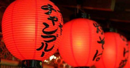 rote Lampenschirme in Japan
