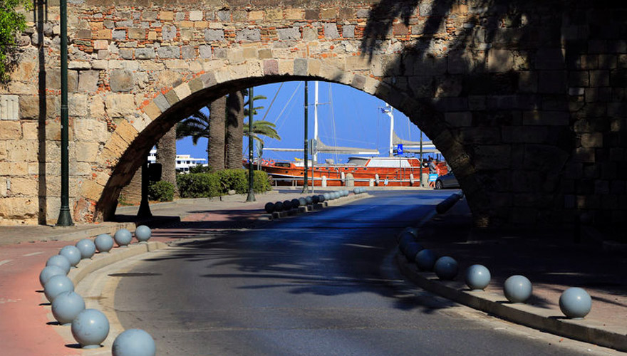 Tor zum Hafen in Kos-Stadt