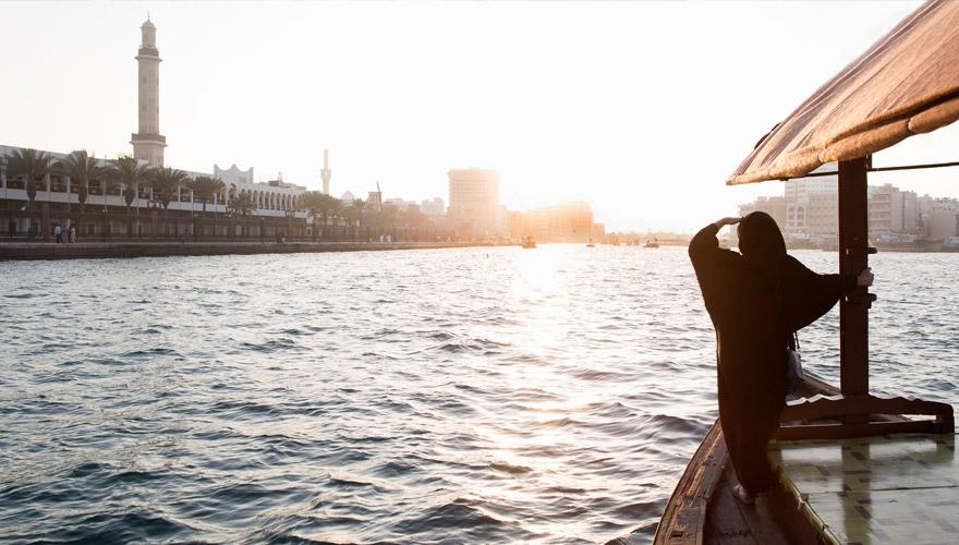 Frau macht eine Flussfahrt in Dubai