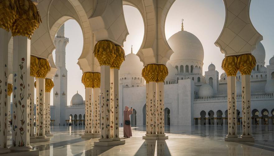 Frau in einer Moschee in Abu Dhabi