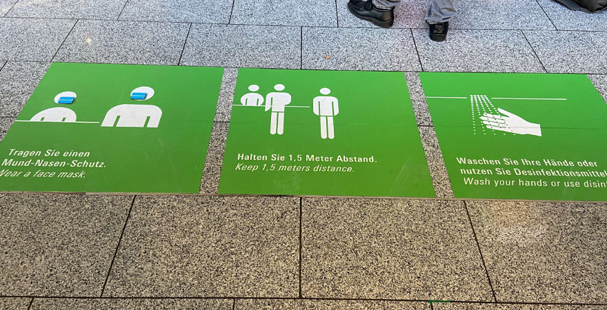Infotafeln am Flughafen mit Corona Hygienebestimmungen