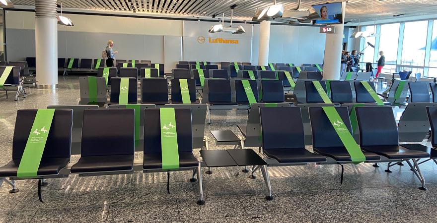 wartebereich am Flughafen zu Corona Zeiten