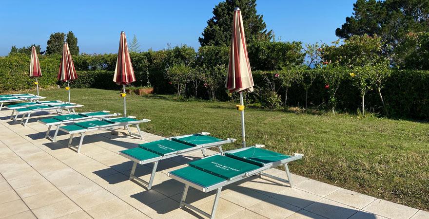 Liegen am Pool des LABRANDA Rocca Nettuno Tropea