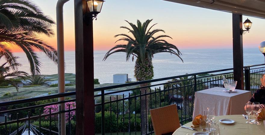 Restaurant des LABRANDA Rocca Nettuno Tropea bei Sonnenuntergang