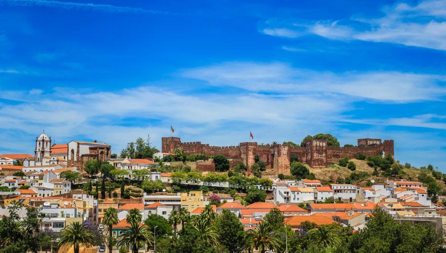 Blick auf Silves und die Burg in Portugal