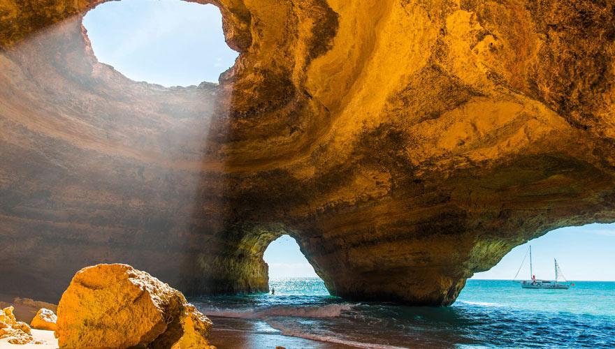 Höhle im Meer an der Algarve