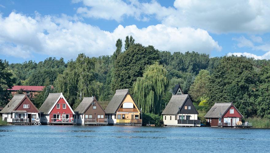 Ufer der Müritz mit bunten Häusern