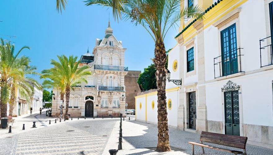 Typische Gasse mit Kirche in Faro