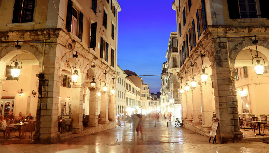 altstadt in Korfu bei nacht