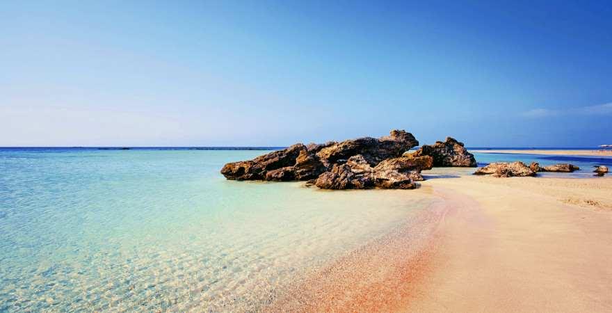 pinkfarbener Strand auf Elafonissi vor dem Peleponnes