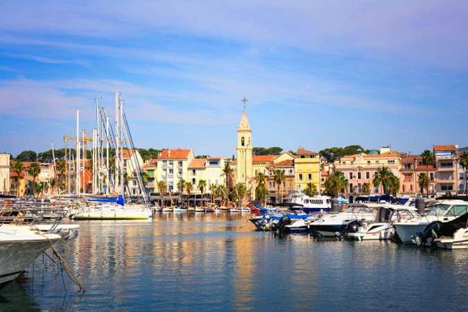Blick auf den Hafen und die Altstadt von Sanary sur mer