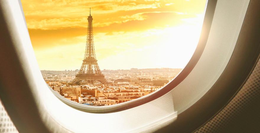 Blick aus dem Flugzeug auf den Eiffelturm in Paris