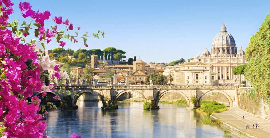 Engelsbrücke und Petersdom in Rom