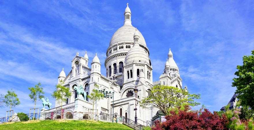 Eines der Wahrzeichen von Paris ist die Basilika Sacré-Coeur
