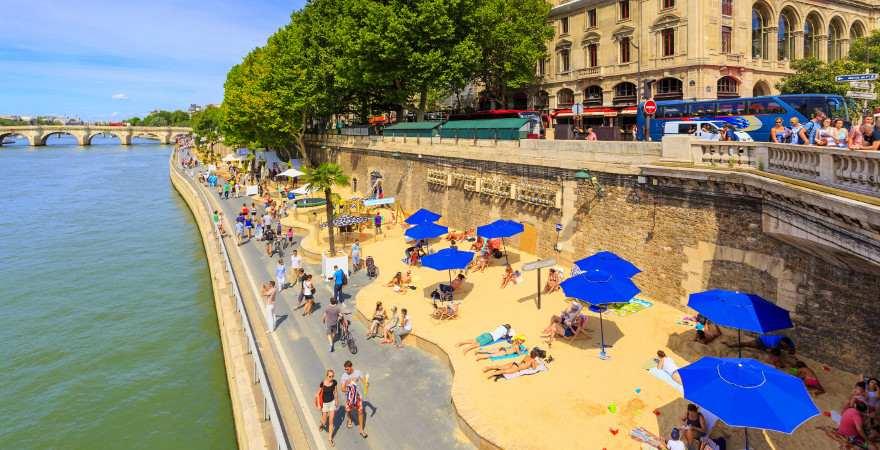 Die Schnellstraße an der Seine in Paris verwandelt sich im Sommer in einen Strand