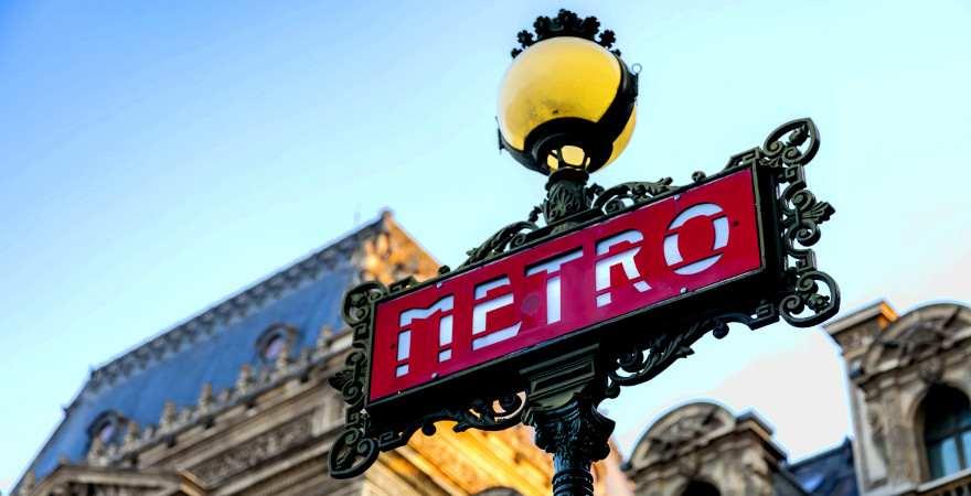 historisches Schild an einem Metro-Eingang in Paris