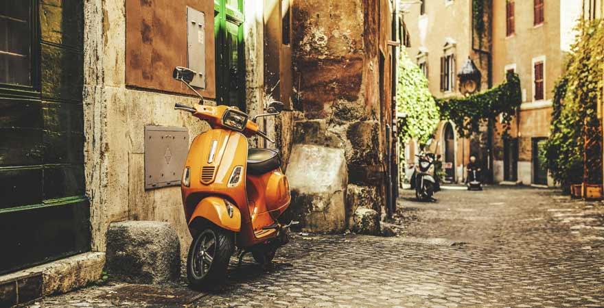 Roller in einer Straße in Trastevere in Rom