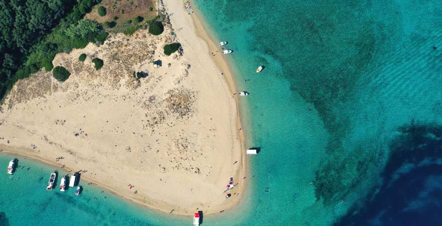 Luftaufnahme eines Sandstrandes auf marathonisi island vor zakynthos