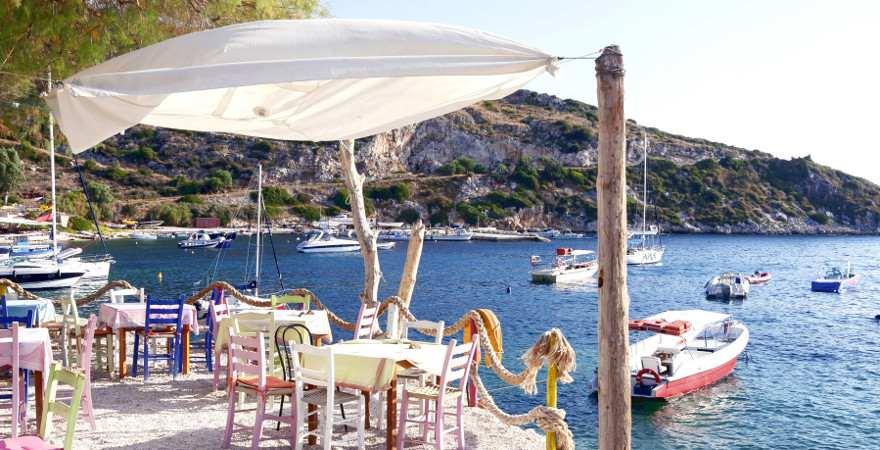 Gedeckte Tische an einer traumhaft schönen Bucht auf Zakynthos