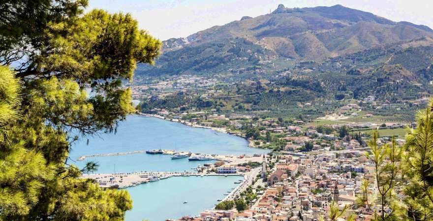 Ausblick von einem Hügel über die Bucht und Stadt von Zakynthos