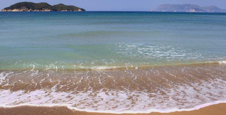 Eine Welle schwappt an den Strand