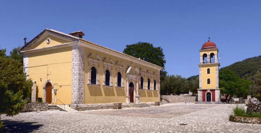 die kirche von keri auf Zakynthos hebt sich mit leiuchtendem Gelb vom blaune himmel im hintergrund ab