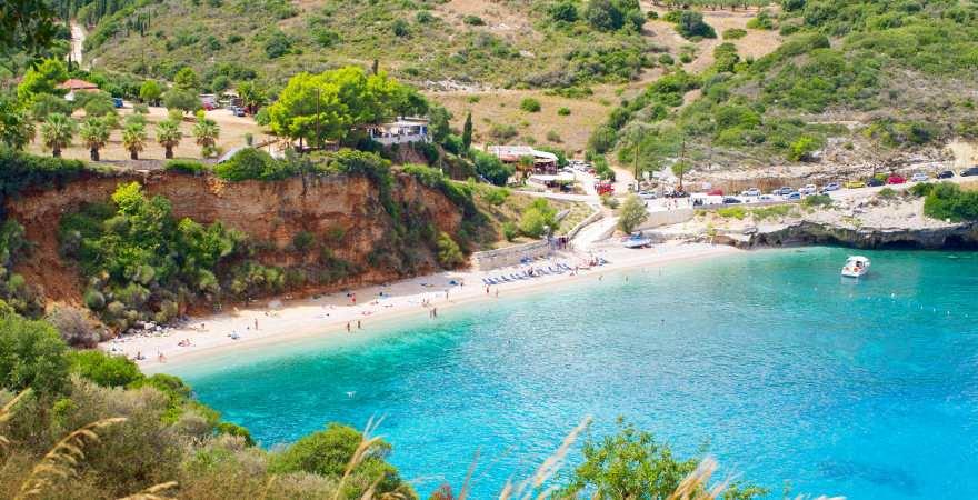 idyllischer Strand vor einer roten Klippe