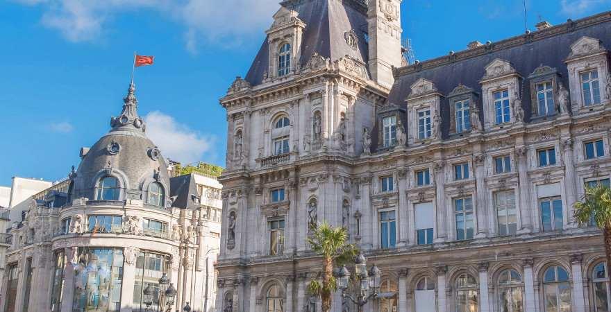 Direkt neben dem historischen Rathaus von Paris liegt das Kaufhaus BHV