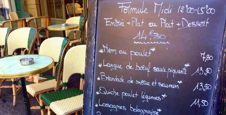 ein typische Straßencafé in Paris mit speisekarte auf einer tafel