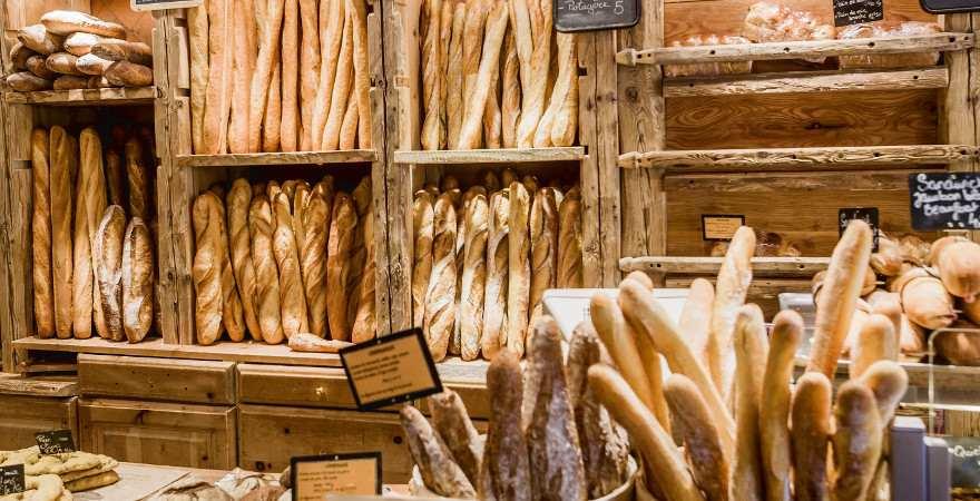Knuspriges Baguette in einer französischen Bäckerei