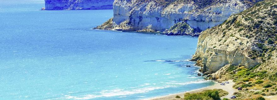 Eine Bucht mit blauem Meer und weißen Klippen