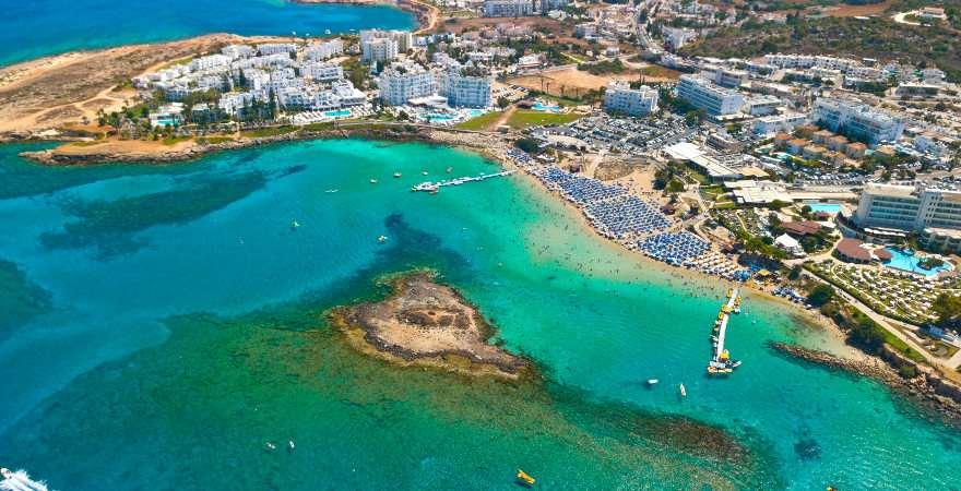 Bucht mit türkisblauem Wasser auf Zypern