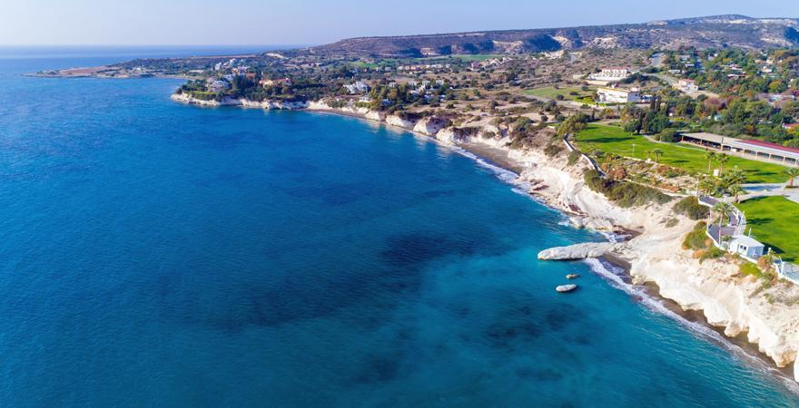 Luftaufnahme der weißen Felsen am Governors BEach auf Zypern