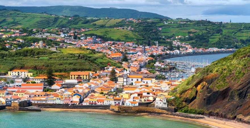Horta auf Faial malerisch am Meer gelegen