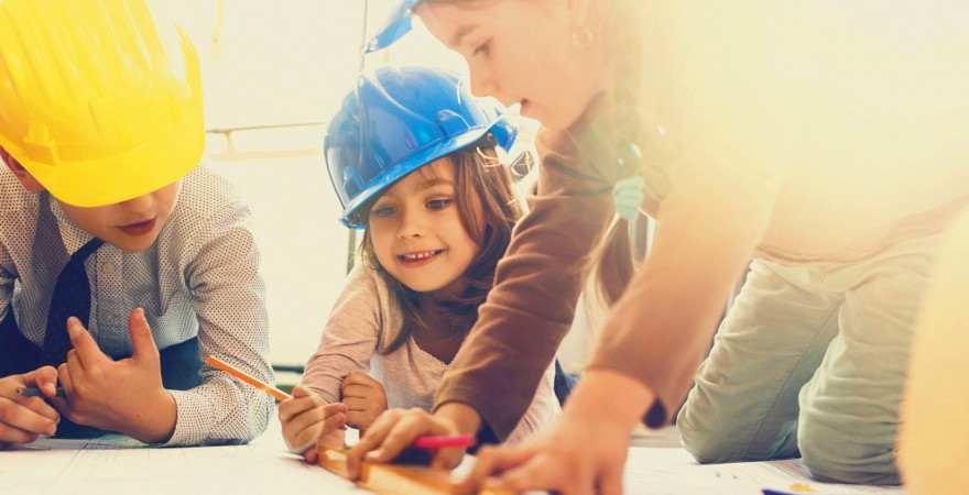 Kinder spielen Architekt
